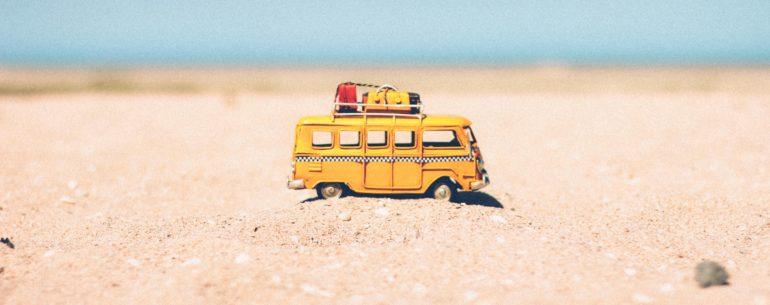Igračka kamion u pesku